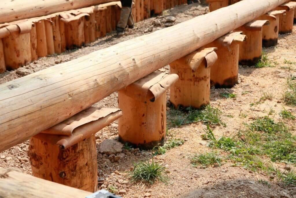 Фундамент из деревянных столбов